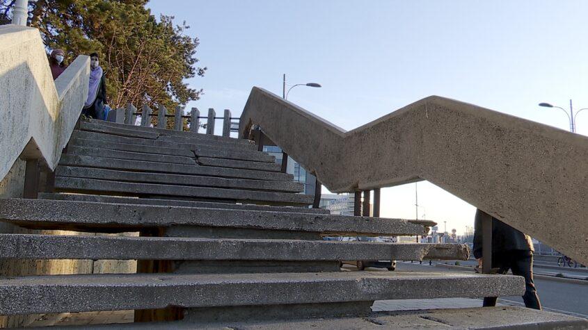 Scările de lângă statuia Anghel Saligny, degradate