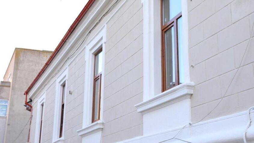 """79 de grădinițe și școli din municipiul Constanța funcționează în clădiri construite înainte de 1978. Dintre acestea, doar 15 au fost expertizate tehnic în ultimii 5 ani. Președintele Comisiei pentru reducere a riscului seismic, viceprimarul Ionuț Rusu: """"Fiecare clădire în care se desfășoară activități didactice care se află în patrimoniul administrației publice locale va fi evaluată tehnic. Vom vedea, în urma rapoartelor de expertiză, în funcție de încadrarea acestora în clase de risc seismic, unde se impun intervenții urgente. Siguranța copiilor noștri reprezintă o prioritate pentru noi. Nu putem să trecem nimic cu vederea!"""" În același timp, echipele municipalității realizează inventarul tuturor clădirilor publice cu potențial risc seismic din municipiul Constanța. Expertize tehnice se vor efectua și la imobilele aflate în administrarea R.A.E.D.P.P. Constanța. Acestea sunt amplasate preponderent în zona peninsulară și centrală a orașului și sunt construite în prima jumătate a secolului al XX-lea, după proiecte tehnice elaborate fără prescripții tehnice de protecție antiseismică. În urma rapoartelor de expertiză se vor stabili intervențiile necesare și se va realiza încadrarea acestor imobile în clase de importanță și risc seismic. Comisia pentru reducerea riscului seismic, recent înființată la nivelul Primăriei Constanța, se întrunește săptămânal. Scopul acestei comisii este identificarea celor mai bune instrumente și soluții pentru punerea în siguranță a patrimoniului natural și construit de pe teritoriul municipiului Constanța pentru protejarea cetățenilor, creșterea calității vieții și pentru prevenirea, gestionarea și reducerea riscurilor generatoare de situații de urgență specifice, respectiv seism, alunecări de teren etc."""