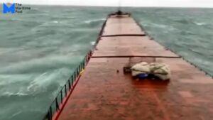 Navă ruptă în două de valuri