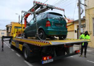 Se ridică vehiculele abandonate