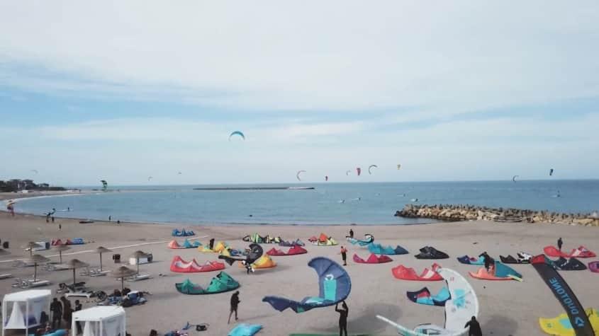 Kitesurfingul, sportul care te plimbă pe valuri