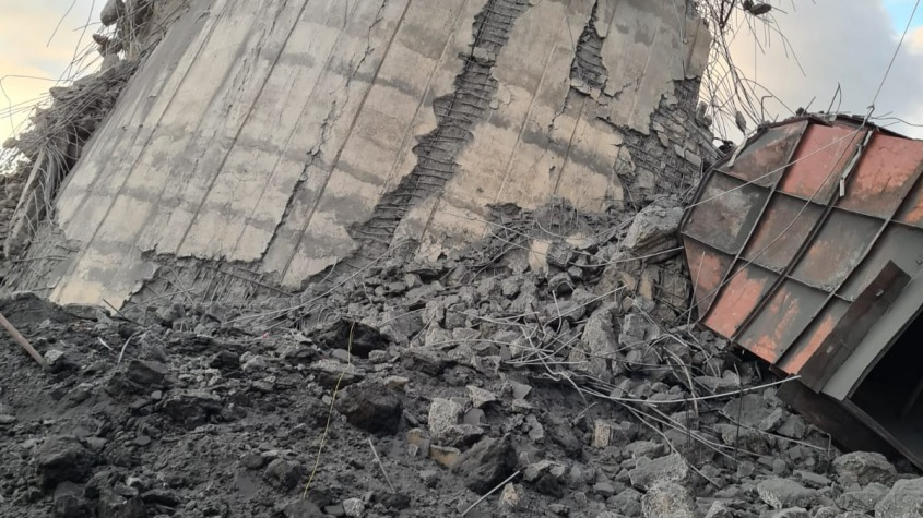 Coşul de fum, înalt de 150 de metri, demolat prin implozie
