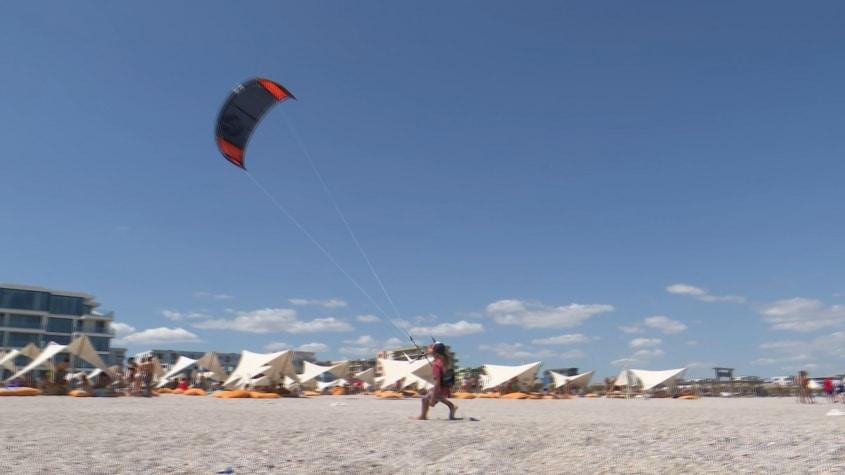 Tot mai mulți copii pasionați de kitesurfing